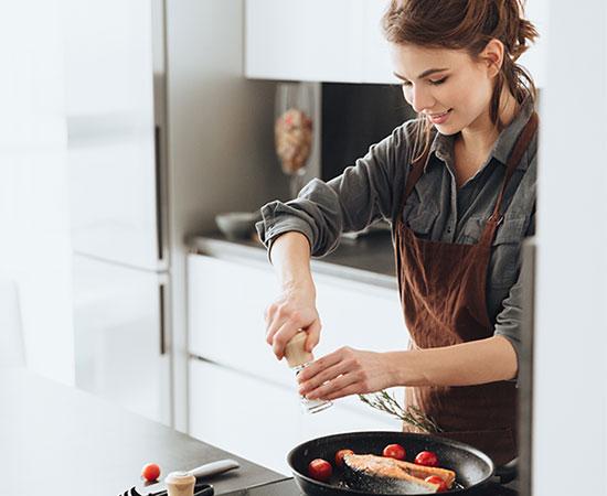 cuidados-chica-cocinando